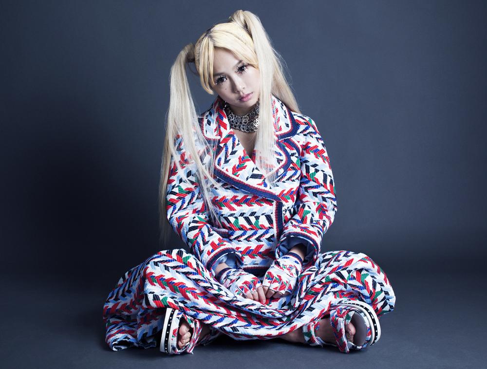 ジャケット ¥ 915,000、スカート ¥ 403,000、サンダル ¥ 255,000、ネックレス (上) ¥ 204,000、ネックレス (下) ¥ 247,000、グローブ ¥ 96,000 | 全て Chanel (シャネル)