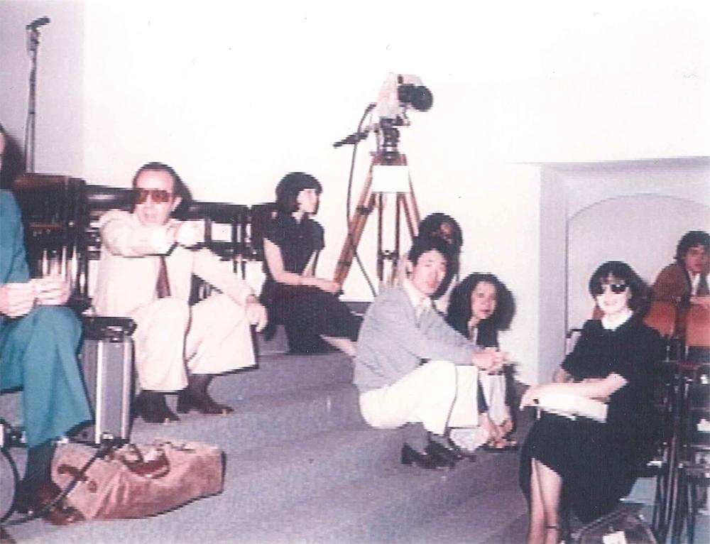 TBSのクルーと一緒にパリでコレクション取材をする大内順子氏