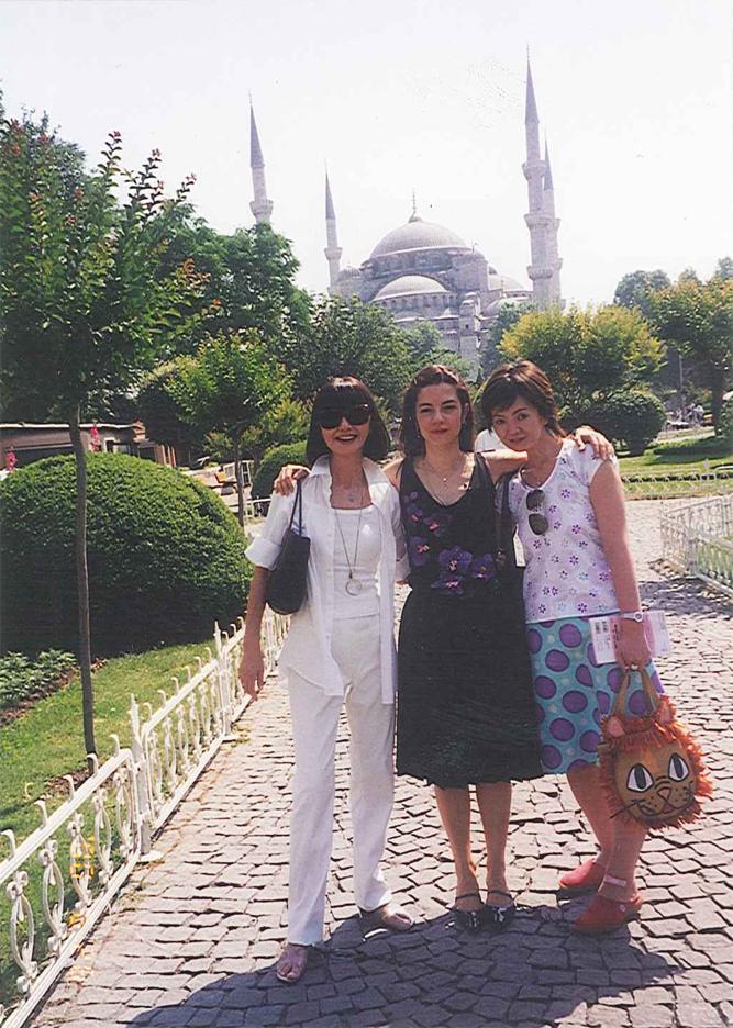 『ファッション通信』の取材でトルコのブルーモスクを背景に。<br>左: 大内順子氏 右: 高橋由美香氏(『ファッション通信』ディレクター)