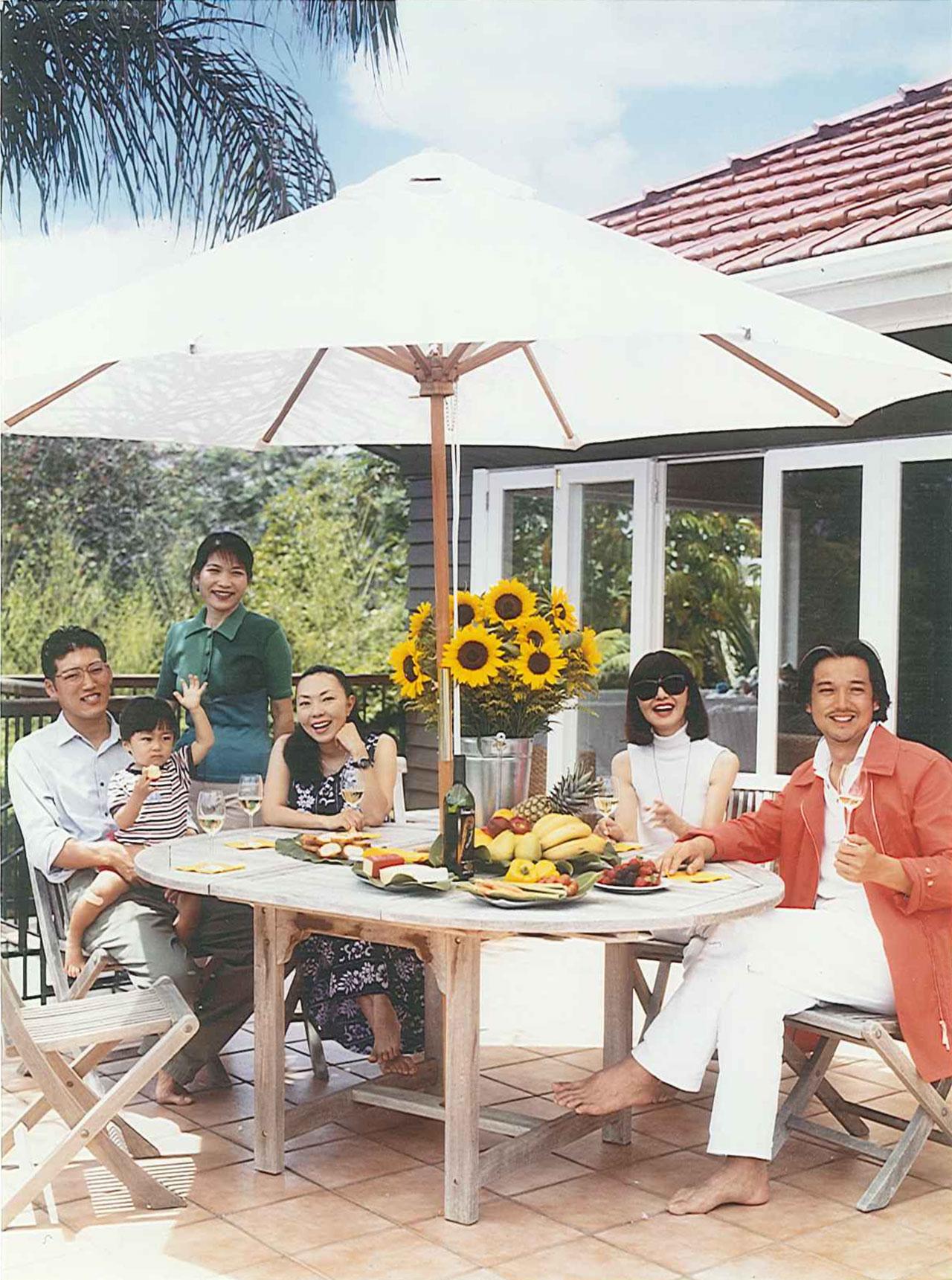 大内順子氏の娘のファッションコラムニスト宮内彩氏の一家が住むニュージーランドの家にて 雑誌『miss』の取材中