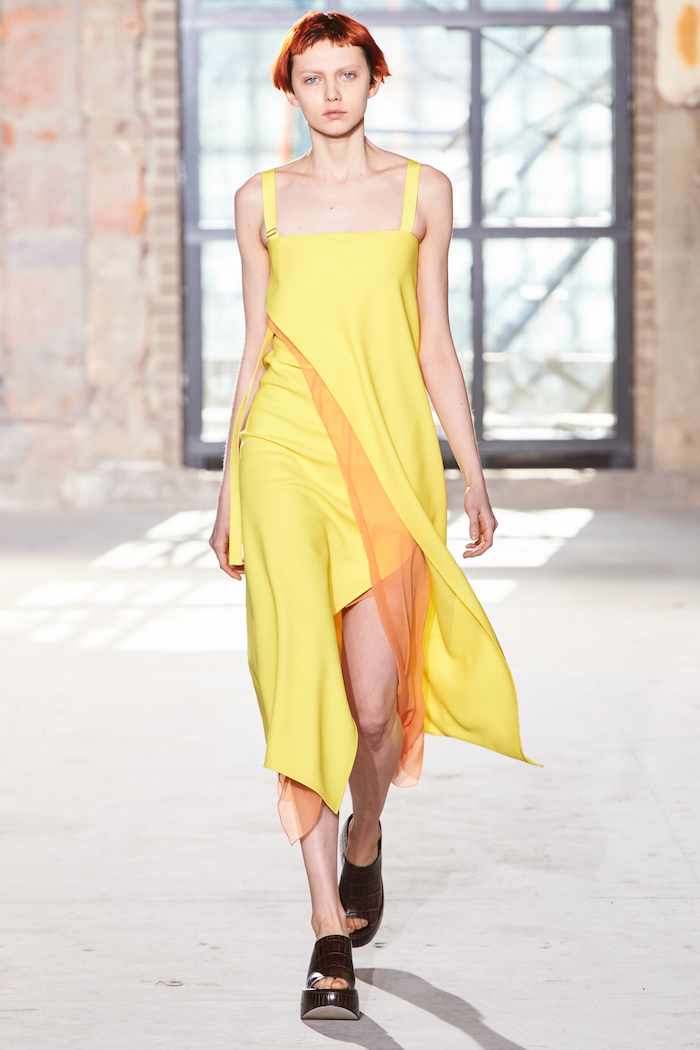 Sies Marjan 2016-17年秋冬コレクションより、印象的なカナリアイエローのドレス。モデルは Katie Moore (ケイティ・ムーア) | Photo courtesy of brand