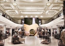 バーバリーが新形態のストアコンセプト「バーバリー・ワールド・ライブ」を導入した旗艦店第一号店「バーバリー・リージェントストリート」をロンドンにオープン