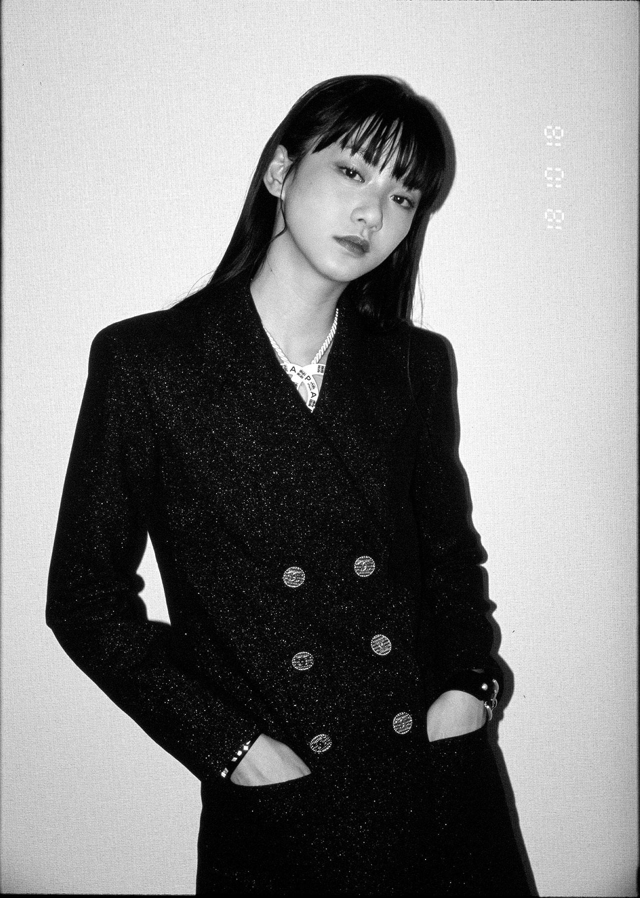 ジャケット ¥552,000、ネックレス ¥131,000、バングル (右) ¥137,000、バングル (左) ¥194,000、全て Chanel (シャネル) | Photo by Chikashi Suzuki