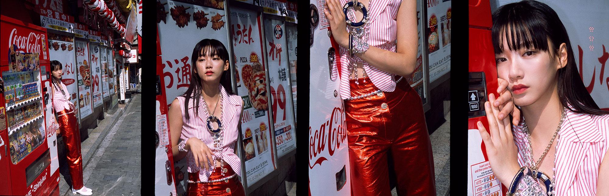 トップス ¥175,000、パンツ ¥869,000、シューズ ¥122,000、ネックレス (短) ¥309,000、ネックレス (長) ¥503,000、ブローチ ¥84,000、ベルト ¥153,000、両腕にしたブレスレット各 ¥233,000、左腕にしたバングル ¥261,000、全て Chanel (シャネル)、ソックス/スタイリスト私物