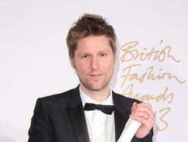 """ブリティッシュ・ファッション・アワードにて、バーバリーが """"ブランド・オブ・ザ・イヤー""""、そしてクリストファー・ベイリーが、""""メンズウェア・デザイナー・オブ・ザ・イヤー"""" をそれぞれ受賞"""