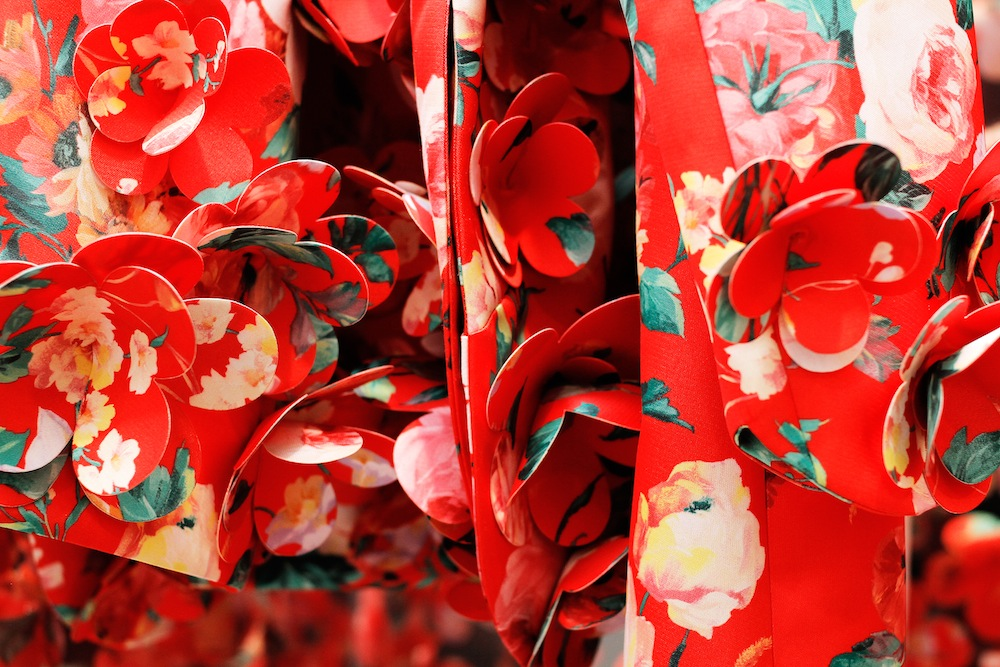 最新の2015年春夏コレクションより、立体的なフラワーモチーフが刺繍されたディティール。