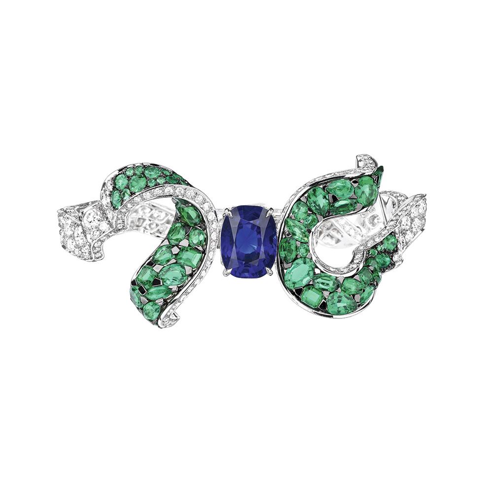 Dénoué シリーズより、サファイアを用いた神秘的なピース (K18WG、YG、ダイヤモンド、エメラルド、サファイア) | © Dior