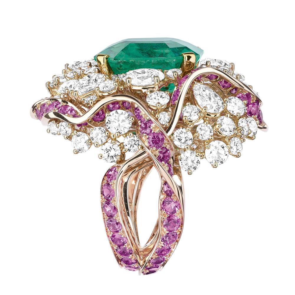 複雑に絡み合う Galon (ブレード織) を表現したビッグストーンのリング (K18PG、YG、ダイヤモンド、エメラルド、ピンクサファイア) | © Dior