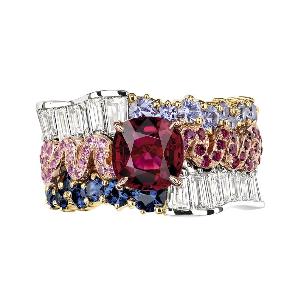 清廉な輝きのプラチナに映えるディープカラーのプレシャスストーン。Tresse シリーズのリング (K18WG、Pt950、ダイヤモンド、ルビー、サファイア、パープルサファイア、ピンクサファイア) | © Dior