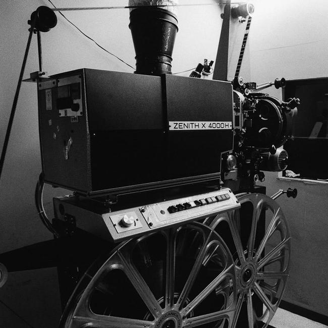 初写真集『映画館』の発売を記念し、中馬聰 (ちゅうま・さとし) の個展が神保町の SOBO で開催中