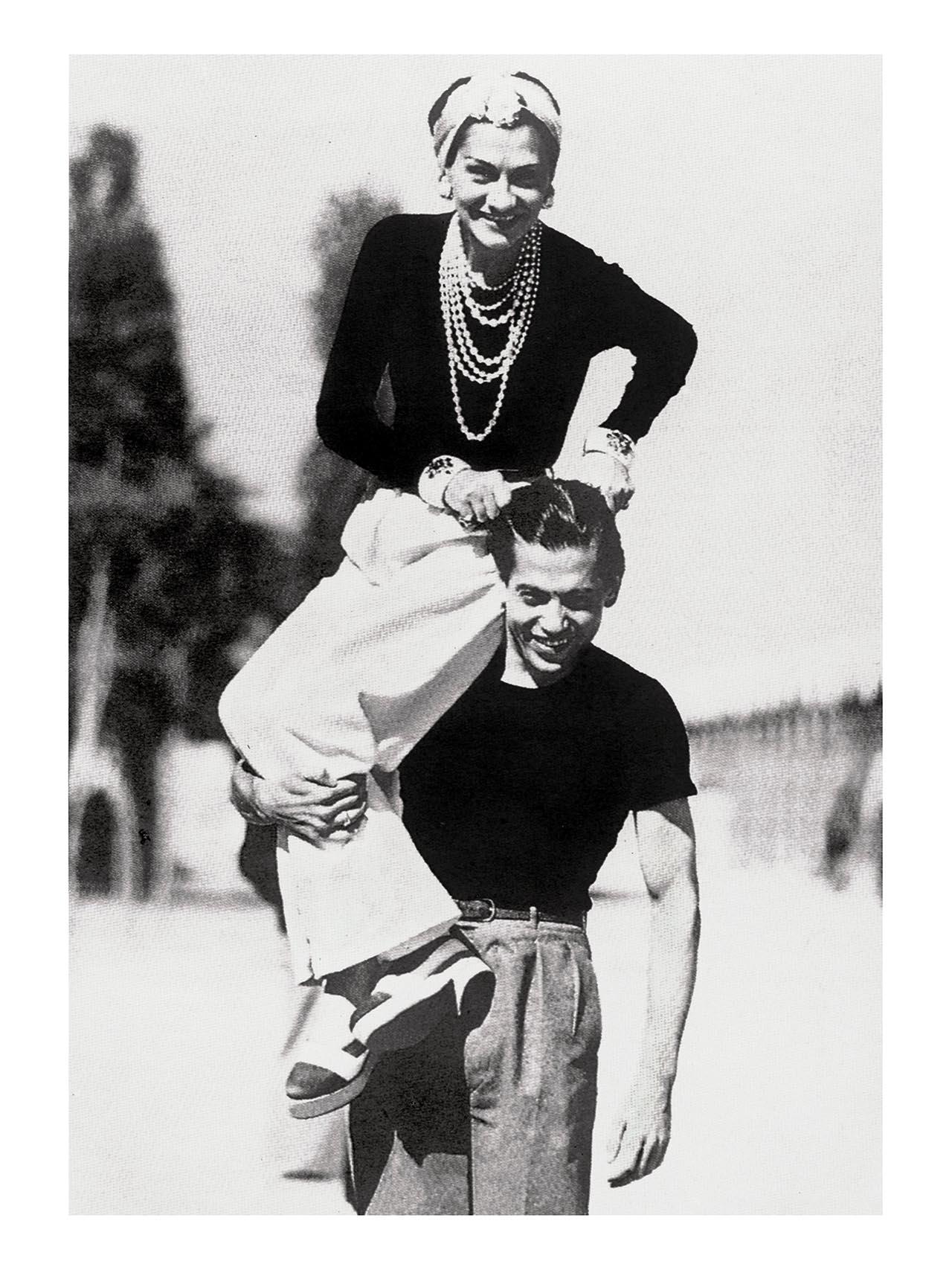 知人であったダンサーのセルジュリファールとの1937年の一枚。彼の足元は、20年後に Chanel がデザインするバイカラーシューズのインスピレーションとなった。 | ©Brigitte Moral