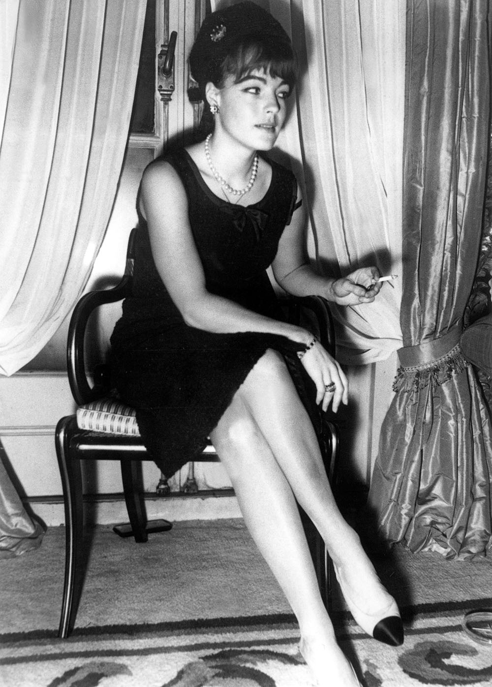 世界中のセレブリティがこぞって着用したバイカラーシューズ。その人気は女優の Romy Schneider (ロミー・シュナイダー) を捉えた1962年の写真からも伺える。| © Rue des Archives RDA2