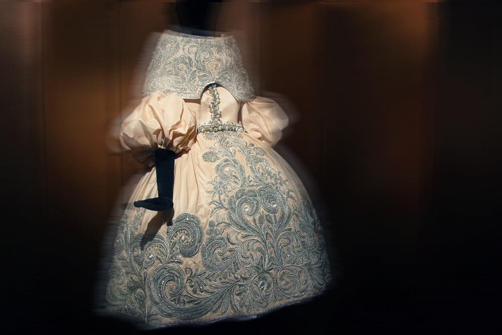 パリの Musée des Arts Décoratifs (装飾美術館) にて開催された Guo Pei のアーカイブ展より
