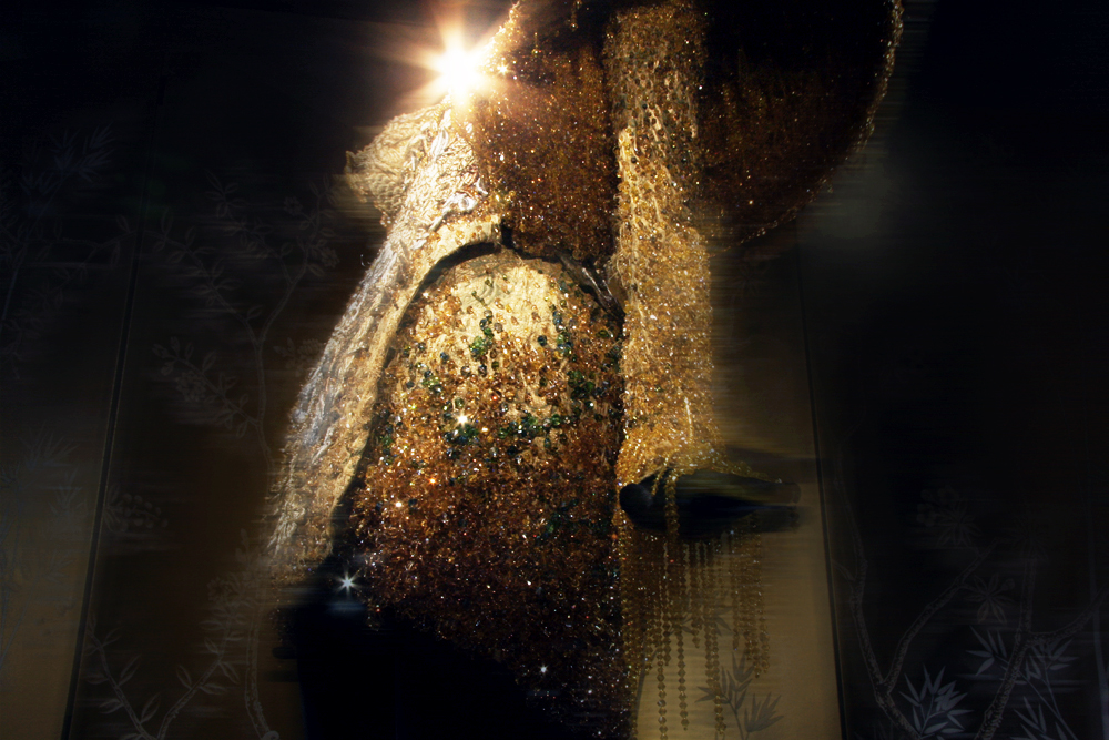 時にシアトリカルな Guo Pei のクリエイション。Puccini (プッチーニ) の「トゥーランドット」を思わせるエンペラードレスもお手の物。