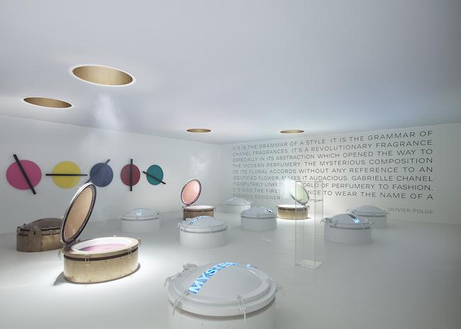 Chanel (シャネル) のクリエイションを紐解く旅、「マドモアゼル プリヴェ」がロンドンの Saatchi Gallery (サーチ・ギャラリー) にて開幕