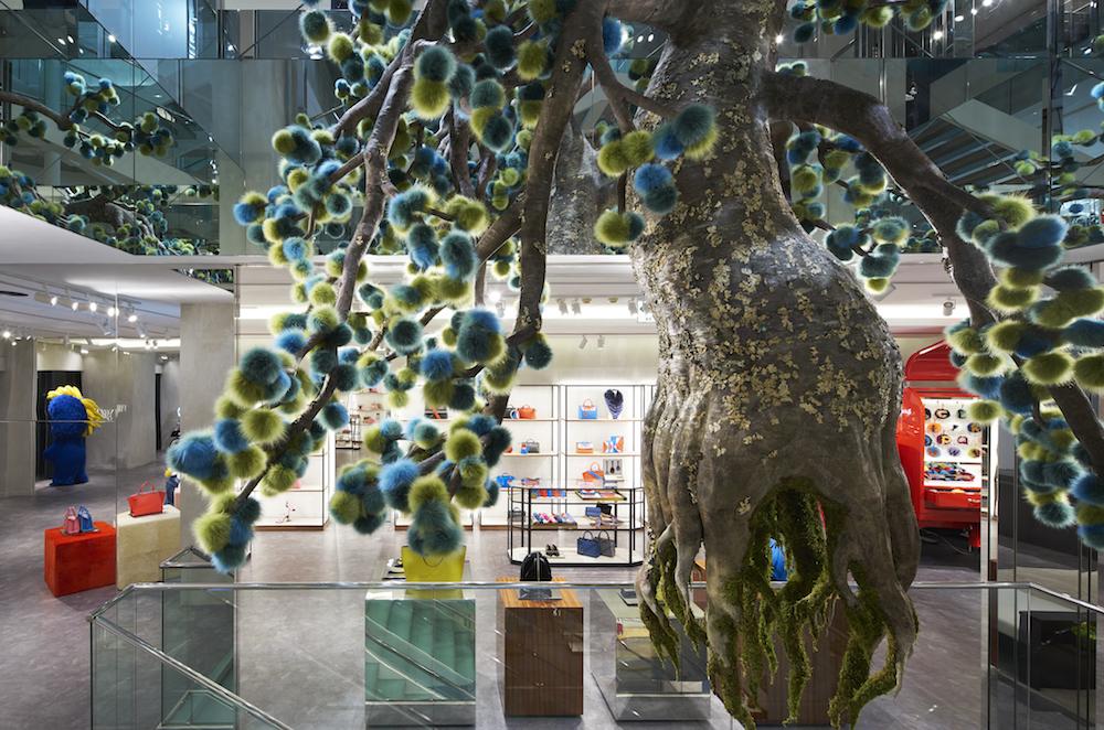 東信による巨大なファーツリーは、地下から2階まで繋がる吹き抜けを貫くようにしてそびえ立ちます。