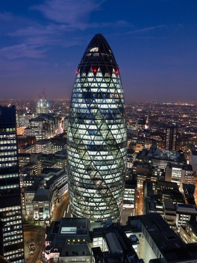 《スイス・リ本社ビル (30 セント・メアリー・アックス)》 1997-2004年 ロンドン   撮影: Nigel Young, Foster + Partners