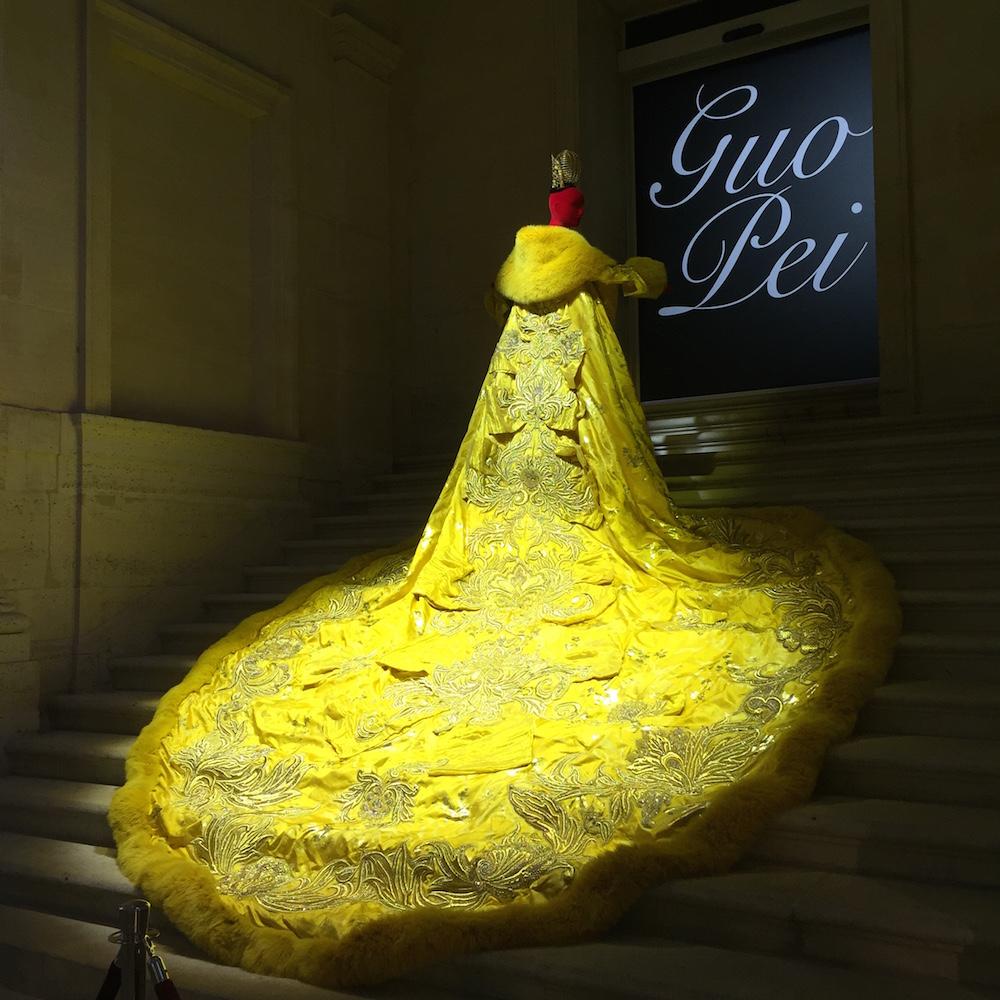 パリの Musée des Arts Décoratifs (装飾博物館) にて開催された Guo Pei の回顧展にて展示された、Rihanna 着用のドレス