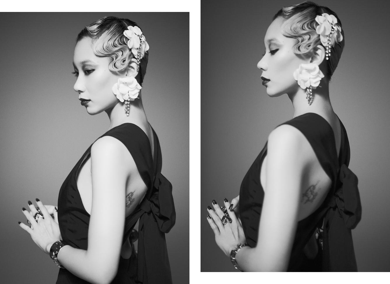 ハリのあるテクニカルファブリックの素材感を引き出したリトルブラックドレスは、シンプルなフロントと対照的に大胆なバックシルエットがアイコニック。ドレス ¥ 332,000、メタル「LOVE」バングル ¥ 78,000、イヤリング (ヘッドピースとして着用) ¥ 78,000 全て Lanvin (ランバン)