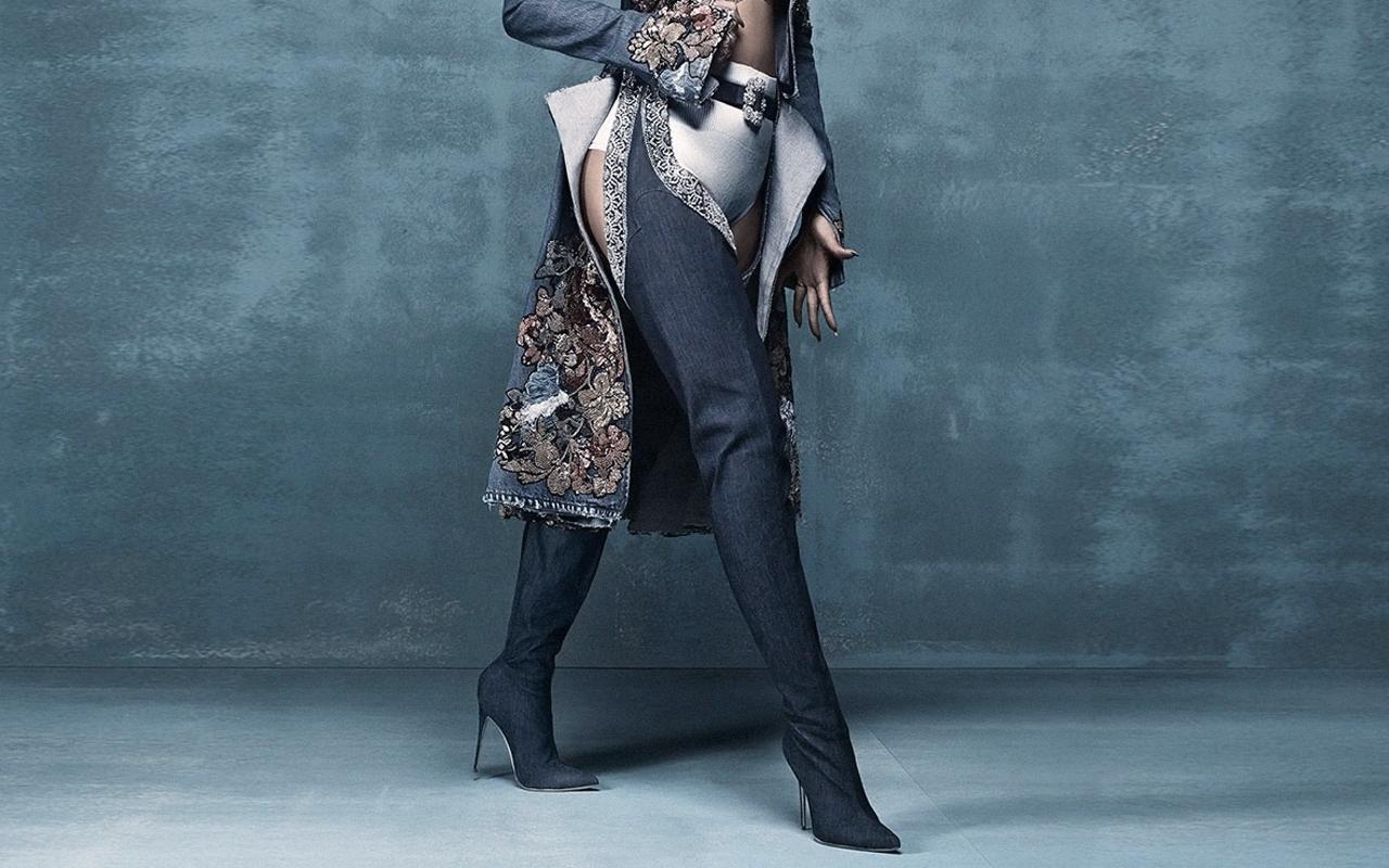 Rihanna (リアーナ) と Manolo Blahnik (マノロ・ブラニク) がコラボ、40万円のデニムブーツとは