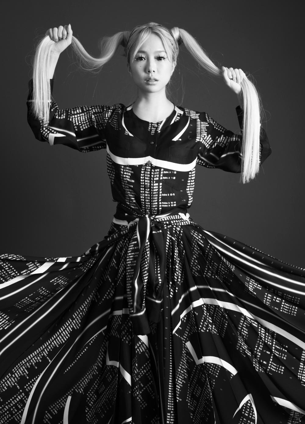 ブラウス ¥ 388,000 (腰に巻いたブラウスと同アイテム)、スカート ¥ 522,000 | 全て Chanel (シャネル)