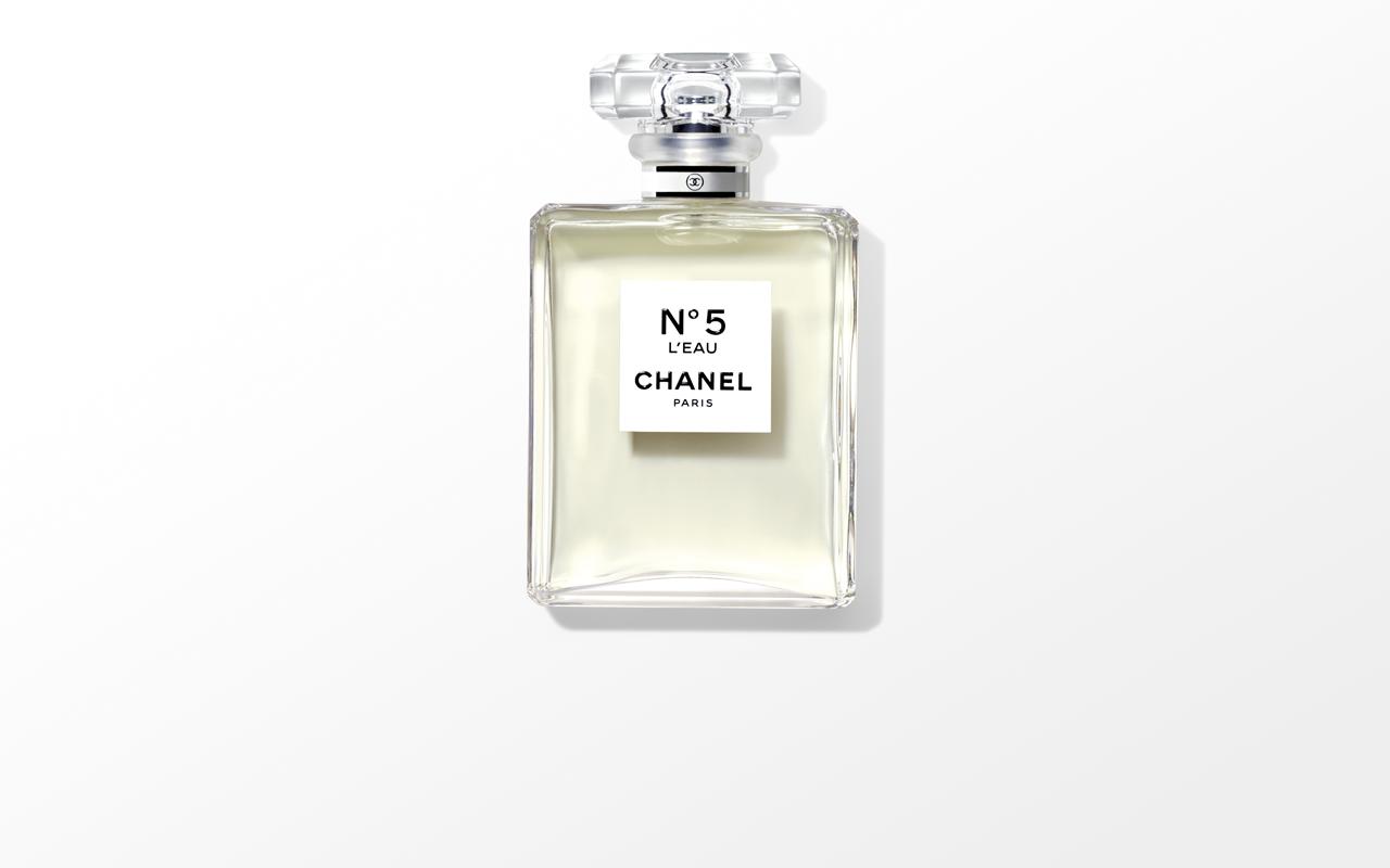 Chanel (シャネル) の不朽の名作「N°5」から、Olivier Polge (オリヴィエ・ポルジュ) 監修による最新の香り「N°5 ロー」が誕生