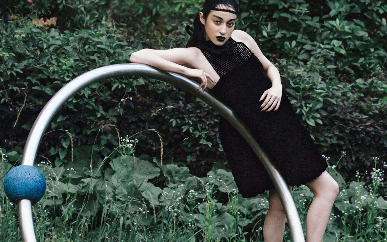 【The Look】国木田彩良が纏う、Fendi (フェンディ) 2016年プレフォール ハイブリッドブラックドレス