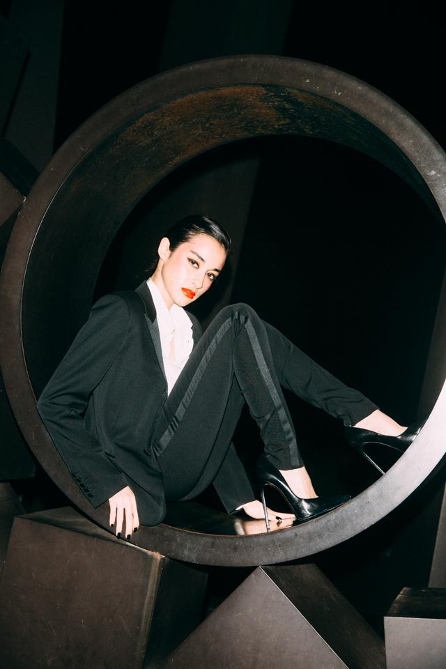 <The Look includes> ジャケット ¥ 384,000、ブラウス ¥ 106,000、トラウザー ¥ 115,000、シューズ ¥ 75,000 全て Saint Laurent