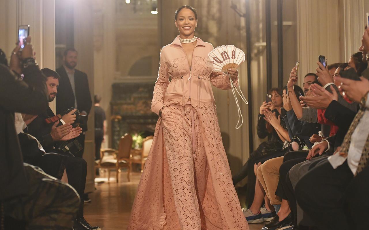 Rihanna (リアーナ) による Fenty x Puma (フェンティー×プーマ) がパリコレに進出、インスピエーションはジム通いのマリー・アントワネット