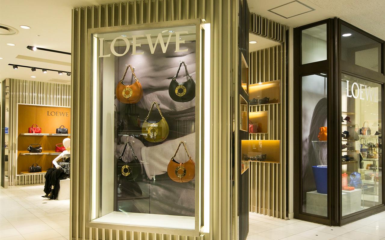 Loewe (ロエベ) がアイコンバッグ「アマソナ」にフォーカスした期間限定ショップを開催