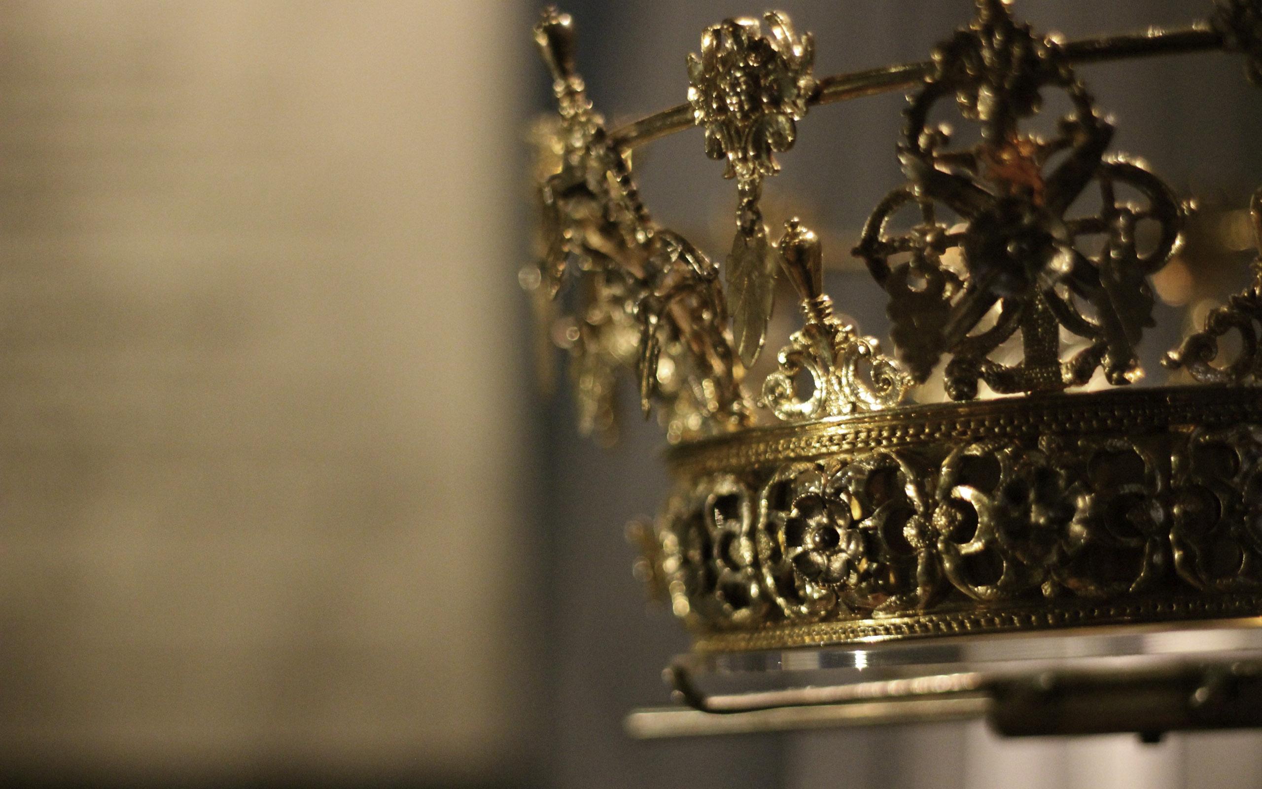 アナ・ウィンターが英国勲章「デイム」の称号を受章、アニヤ・ハインドンマーチとヴィクトリア・ベッカムと並ぶ