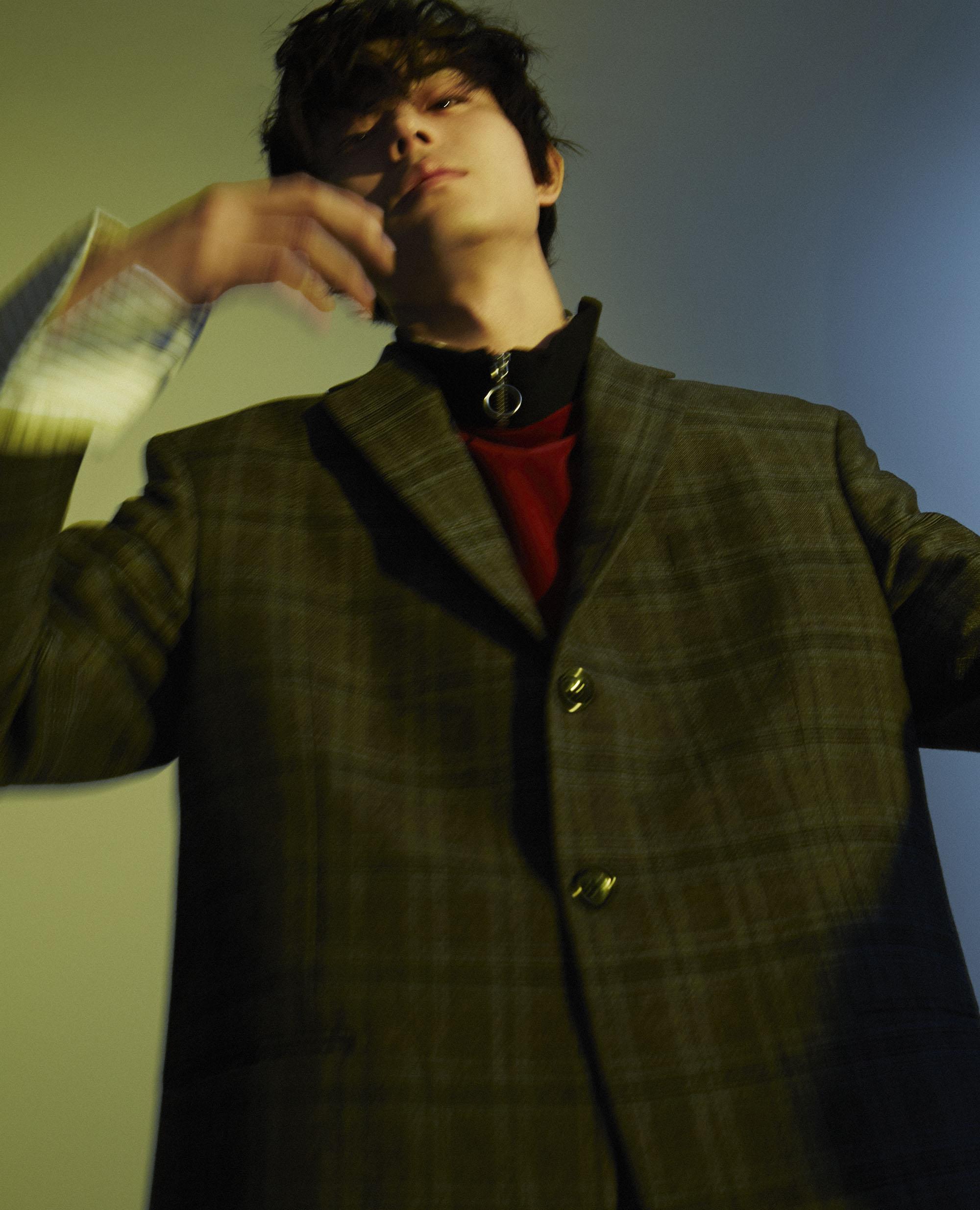 <Masaki Suda wears>ウェールズチェック ジャケット/Vetements、ストライプシャツ/CHIN MENS、以上スタイリスト私物、ジップ ディティール トップス ¥ 24,000/comme je suis (comme je suis)