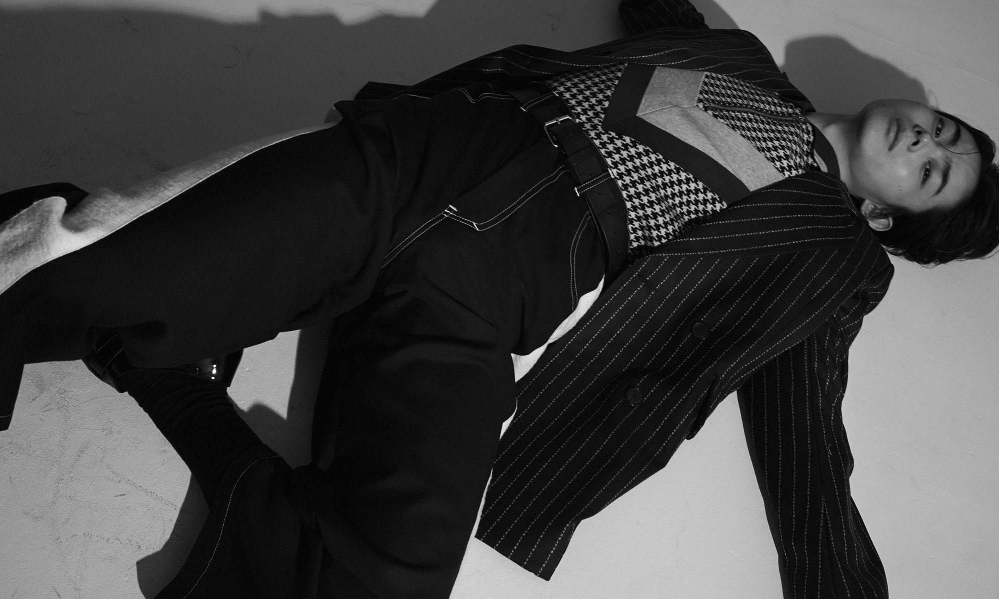<Masaki Suda wears> グラフィックストライプジャケット/ALYX、クラシックストレートトラウザー/Wales Bonner、エナメルパンプス/Ducal 以上全てスタイリスト私物、ジップディティール ポロシャツ ¥ 26,000/D.TT.K (MATT.)