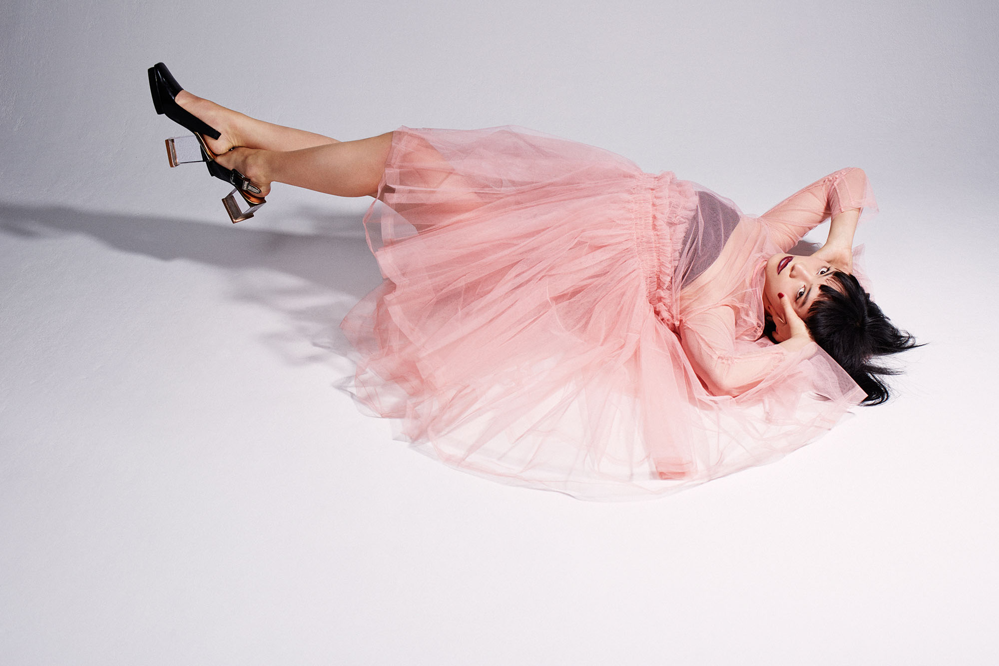 <Koharu Sugawara wears> ドレス ¥ 147,000/Molly Goddard (問い合わせ先/TRADING MUSIUM COMME des GARÇONS)、シューズ/TOGA ((問い合わせ先/TOGA 原宿店)、ジュエリー/スタイリスト私物