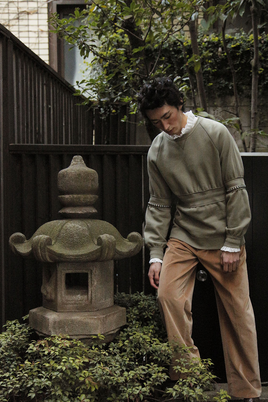 <The Look include> シャツ ¥ 68,000、プルオーバー ¥ 86,000、トラウザー ¥ 86,000、ベルト ¥ 37,000/以上全て Burberry