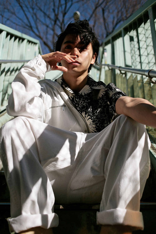 <The Look includes> ジャンプスーツ ¥ 83,000、プリントシャツ ¥ 28,000/共に COMME des GARÇONS JUNYA WATANABE MAN、シューズ モデル私物