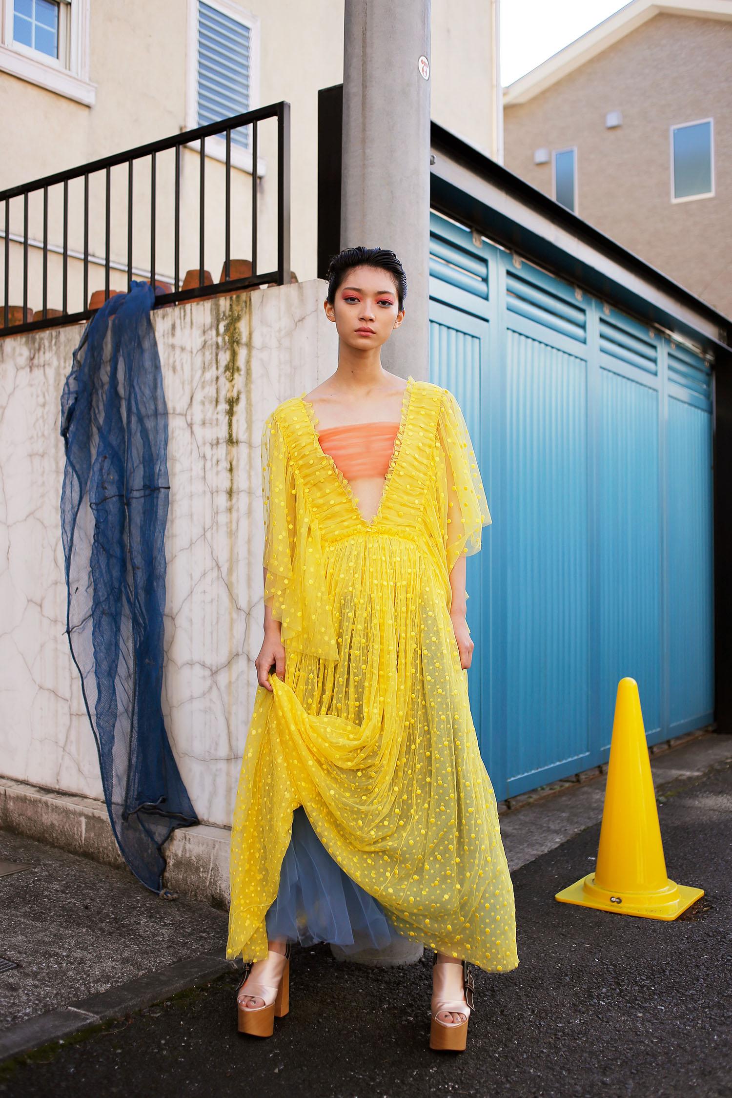 <The Look includes> ドレス ¥ 596,000、ブラトップ 参考商品、スカート ¥ 126,000、シューズ ¥ 117,000 全て Rochas <br /> <Beuaty tips> 目の覚めるようなカラーメイクでスプリングルックをマキシムに楽しんで。Dior「カラー グラデーション パレット 001 ブルー グラデーション」※限定品、NARS「ブラッシュ」チーク 4001、Chanel「イニミタブル エクストレム」マスカラ 10 ヌワール ピュール