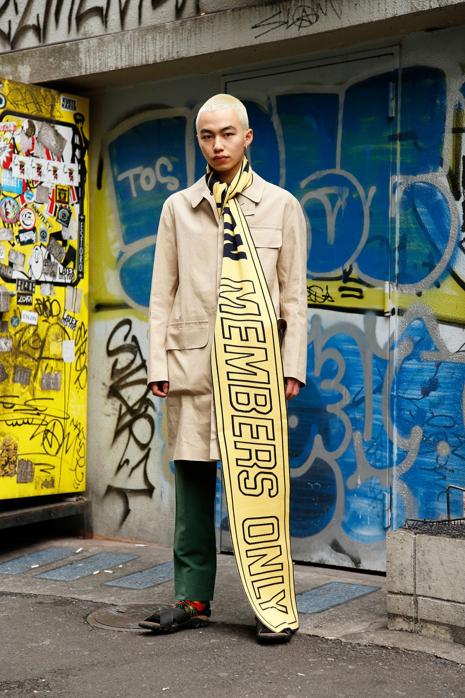 <The Look includes> コート ¥ 316,000、ニットスカーフ ¥ 58,000、トラウザー ¥ 64,000、ソックス ¥ 11,000、ブラックサンダル ¥ 49,000 以上全て STELLA McCARTNEY MENSWEAR