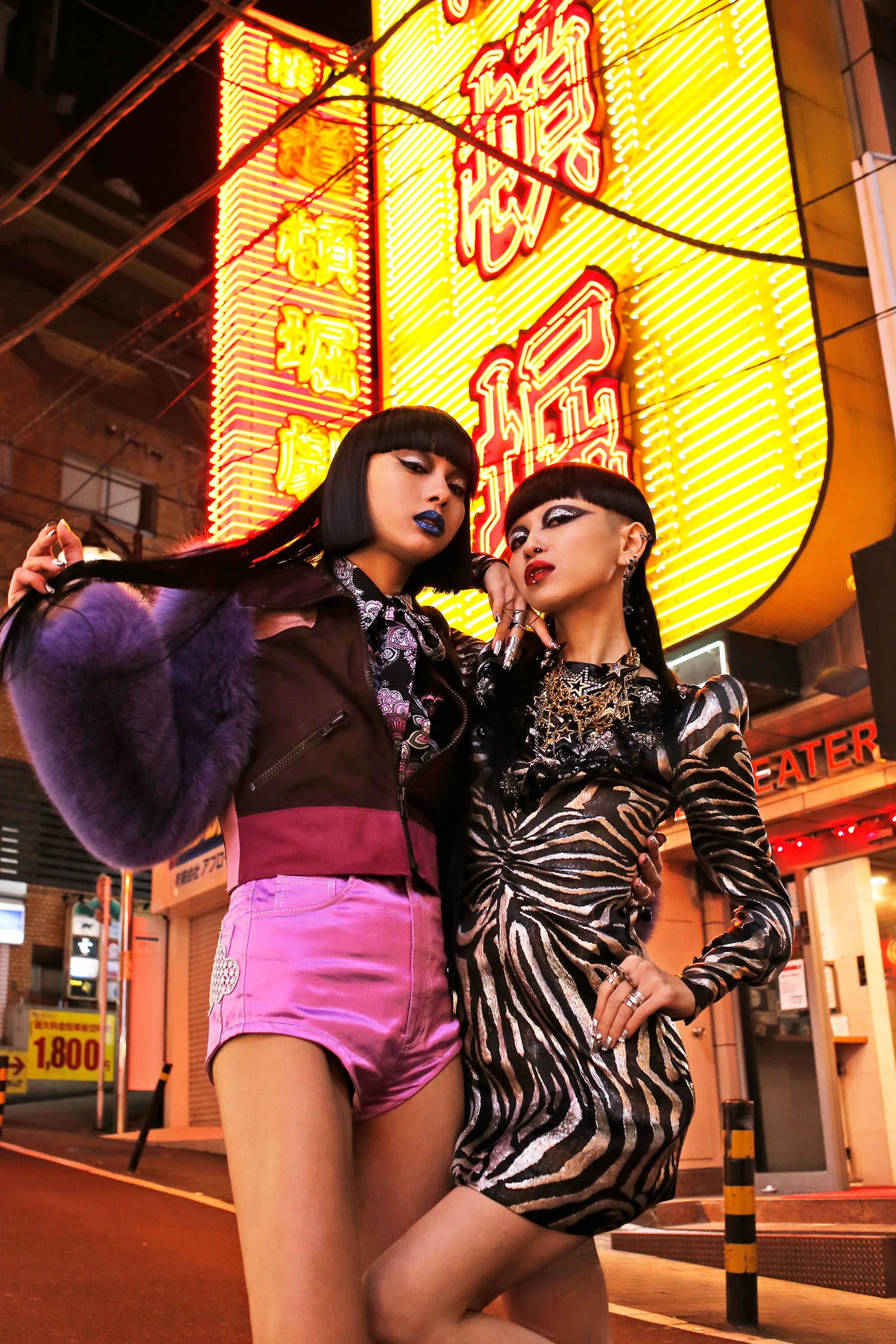 <The Look includes> (Bambi) ファースリーブレザージャケット ¥ ***、ブラウス ¥、メタリックショーツ ¥ (Aya) シルバードレス ¥ 以上全て Marc Jacobs、ネックレス スタイリスト私物、リング モデル私物
