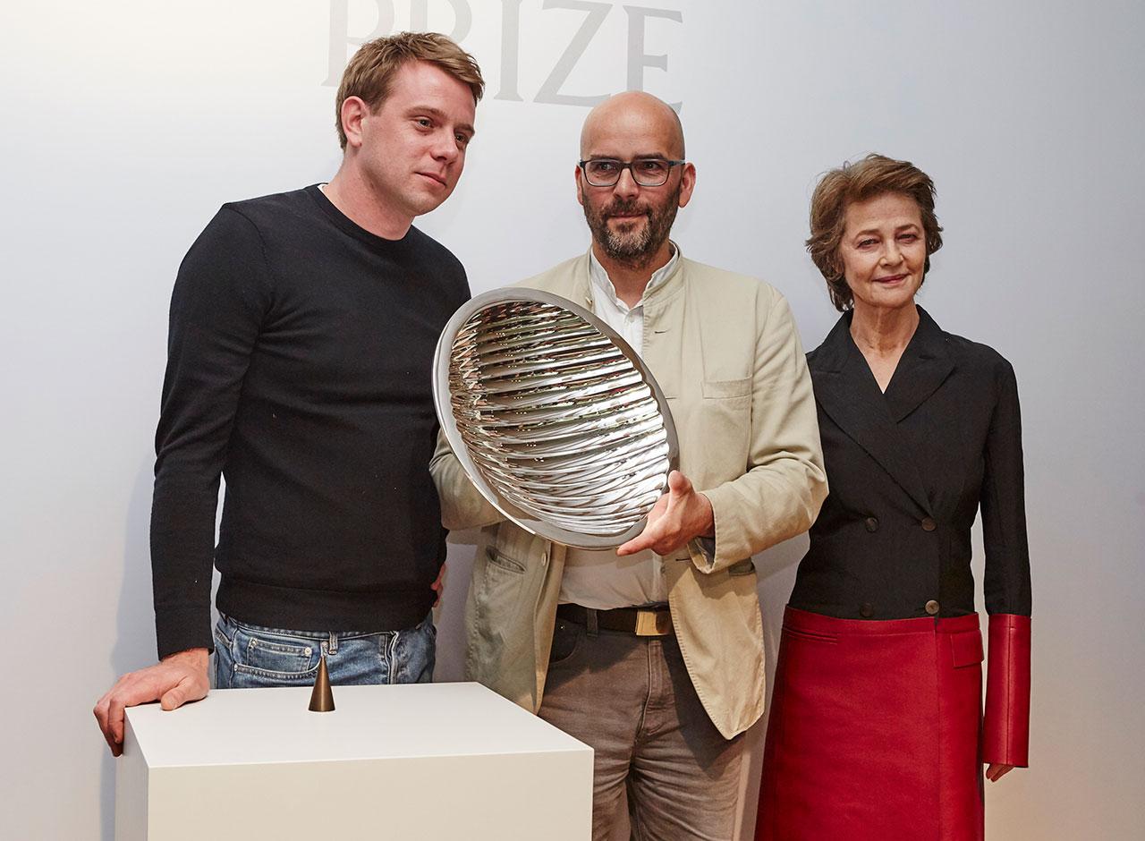 左から Jonathan Anderson (ジョナサン・アンダーソン)、Ernst Gamperl (エルンスト・ギャンパール)、Charlotte Rampling (シャーロット・ランプリング) | © LOEWE