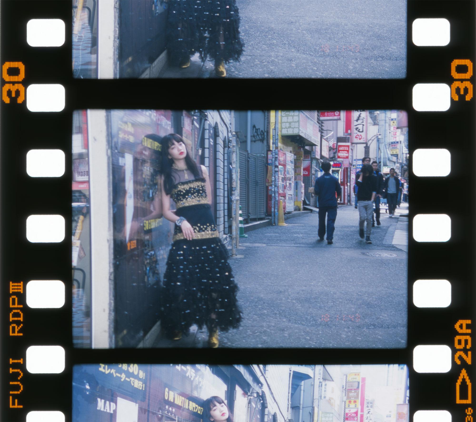 <The Look includes> ドレス ¥ 5,400,000、シューズ ¥ 92,000、ネックレス¥ 488,000、ブレスレット¥ 312,000 全て Chanel