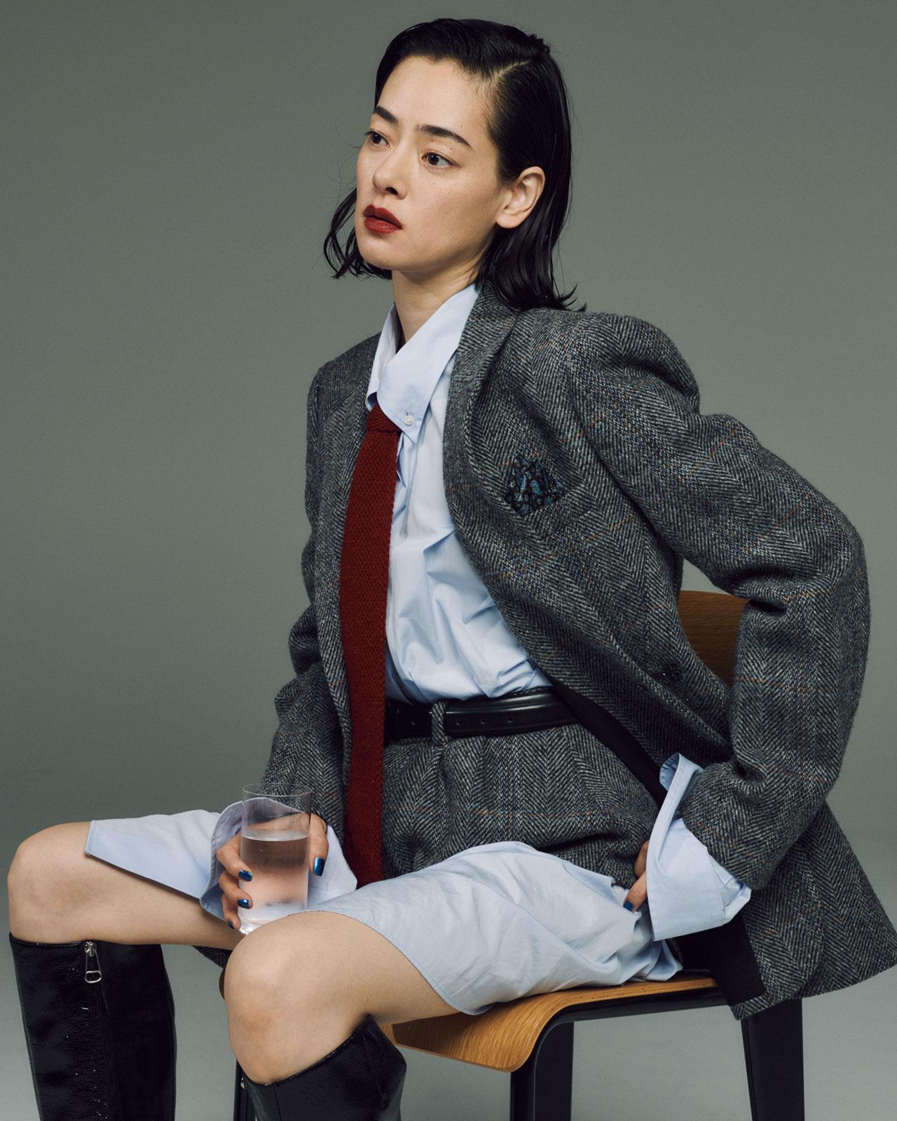 <Creative Staff> Photographer: Mitsuo Okamoto | Stylist: Megumi Yoshida | Hair&Makeup: Hiroko Ishikawa <The Look includes>ジャケット ¥320,000、シャツ ¥95,000、ショーツ ¥65,000、ブーツ ¥160,000、全て Maison Margiela(メゾン マルジェラ) | ヴィンテージのネクタイ ¥16,000、SURR by LAILA (シュール・バイ・ライラ) | ポケットチーフ、スタイリスト私物 | チェア¥ 77,000、Jean Prouve (ジャン・プルーヴェ)