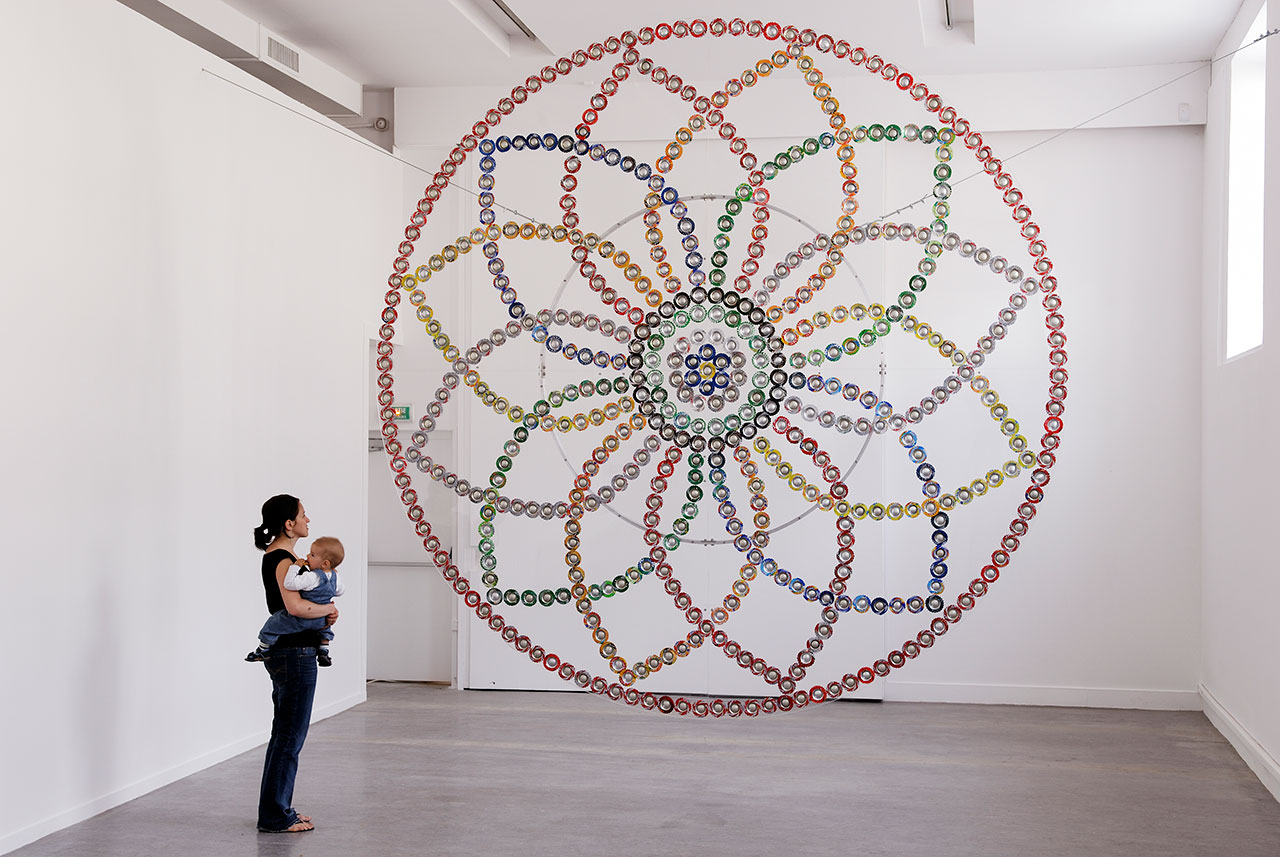 Rosace | 2007 Drink cans, plexiglas, aluminum | ø 400 cm Photo: Aurélien Mole | Courtesy of the artist and Dvir Gallery, Tel Aviv