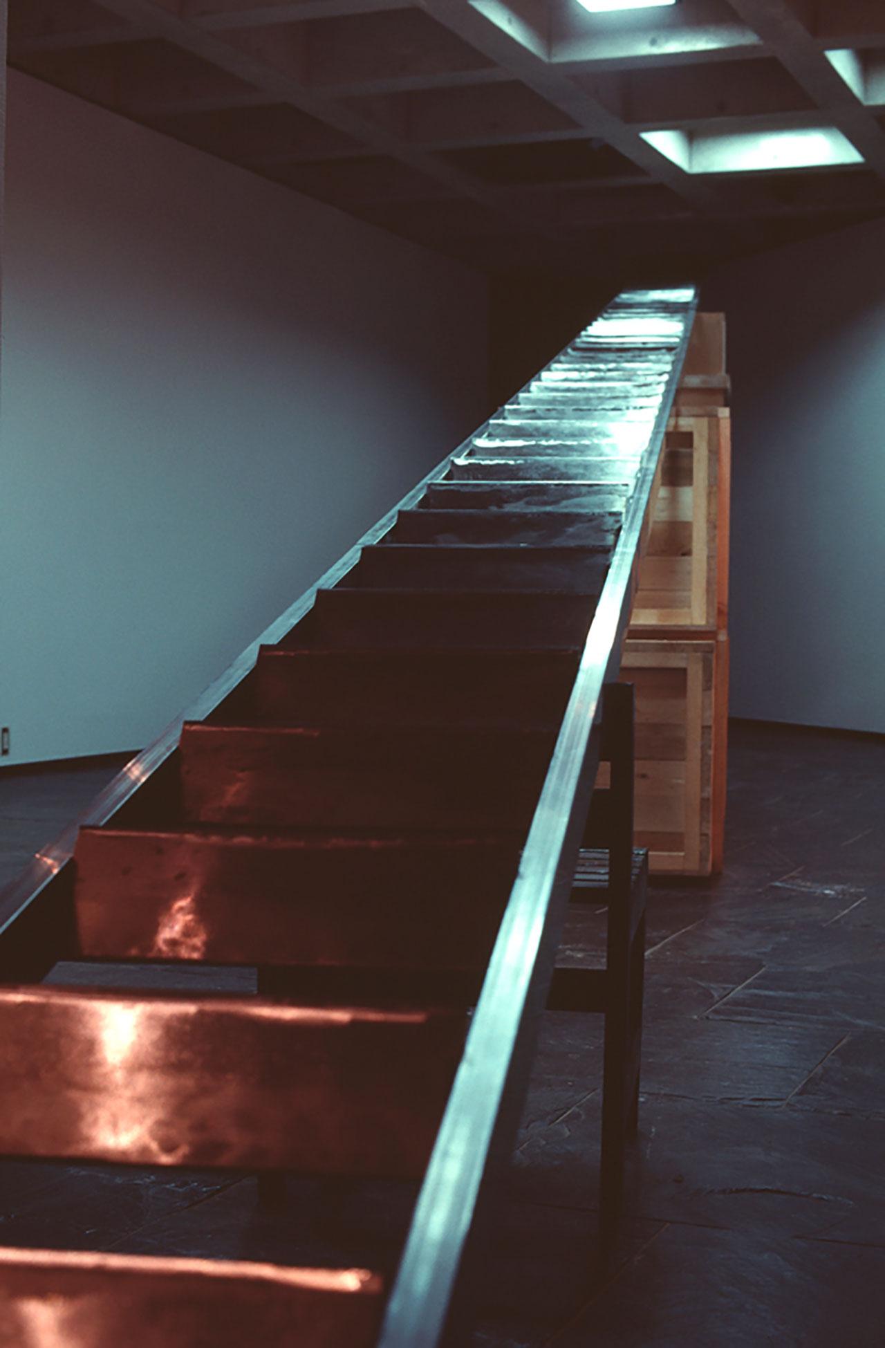 ホワン・ヨンピン 避難はしご 1992 年 木、鉄(中華包丁) 49.6m(全長)×42cm