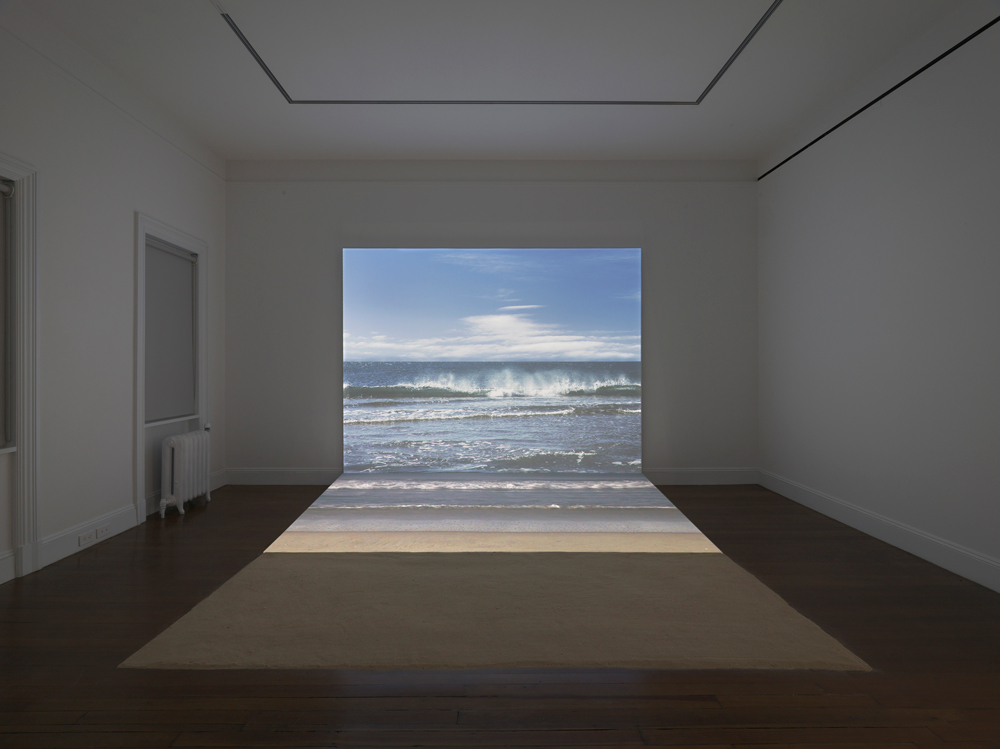 Agnès Varda『Bord de Mer』, 2009 Digital HD projection, Blu-ray aspect 16:9 color/sound, video, projection, sand Total running time: 1 minute, looped, 96×120×115inches