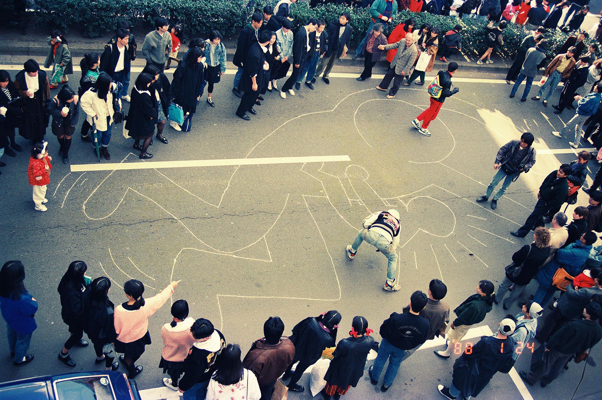 表参道で披露したパフォーマンスの写真 (世界初公開) 1988 Photo by © Akira Kishida
