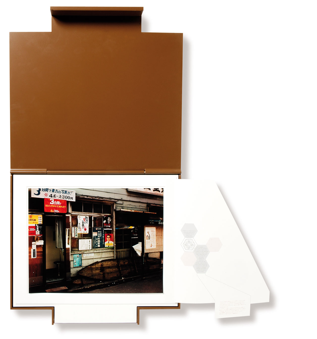 Yutaka Takanashi 高梨 豊 (photos), Michel Bulteau (text), Olivier Andreotti (case), No One, 2007 (48 x 51,7 x 4,8 cm)