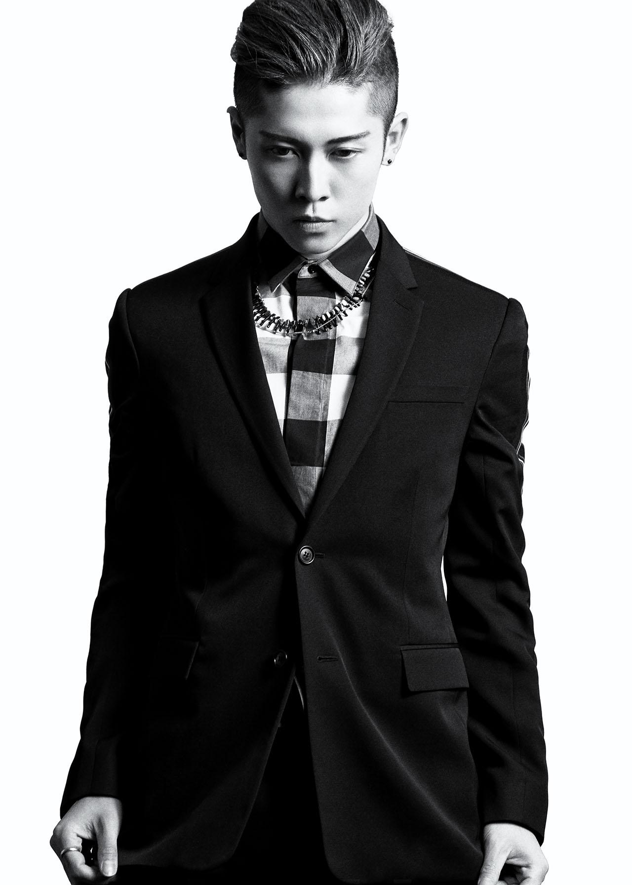 Photographer UTSUMI、Stylist Masaki Kataoka/(着用衣装) ジャケット ¥ 290,000、シャツ ¥ 77,000、トラウザーズ ¥ 145,000、シューズ ¥ 195,000、ネックレス ¥ 59,000 以上全て DIOR HOMME/クリスチャン ディオール 0120-02-1947