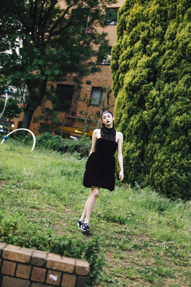 <The Look Includes>ドレス ¥ 331,000、スニーカー ¥ 149,000 (共に Fendi)