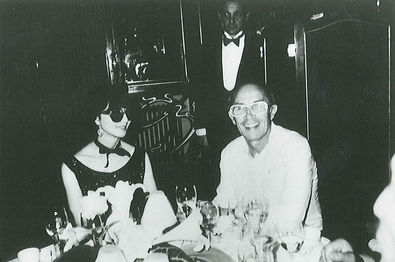 1970年代 デザイナーのアンドレ・クレージュ氏とパリのマキシムにて